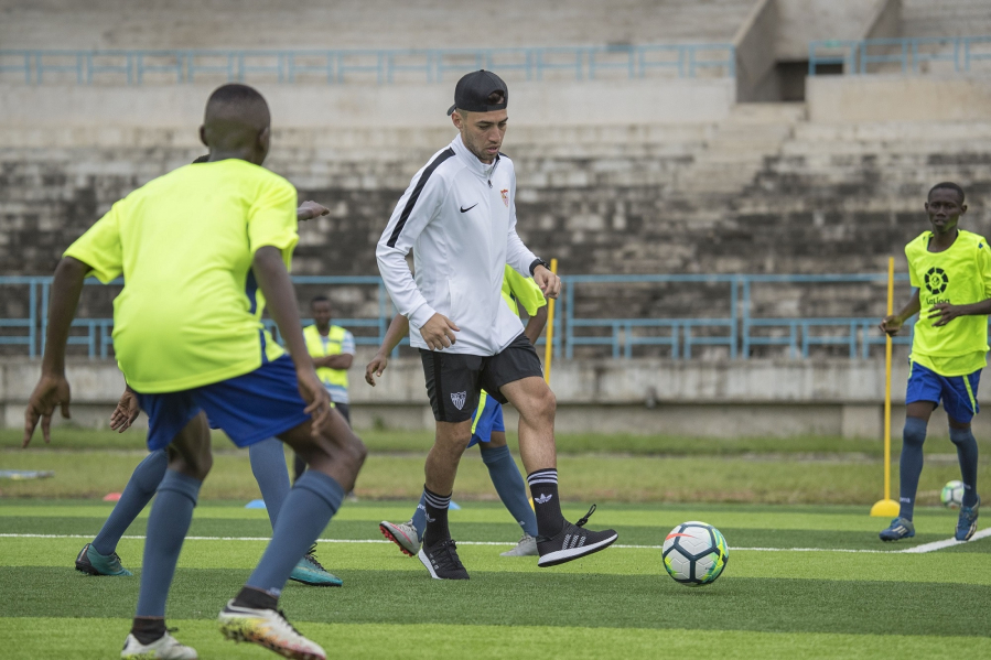 Los equipos sevillanos de LaLiga refuerzan la imagen del fútbol español en dos continentes
